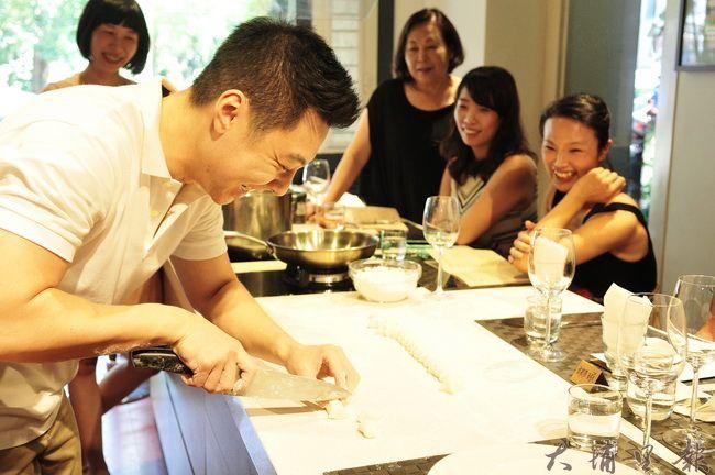 型男主廚Ryan示範做菜。(柏原祥攝)