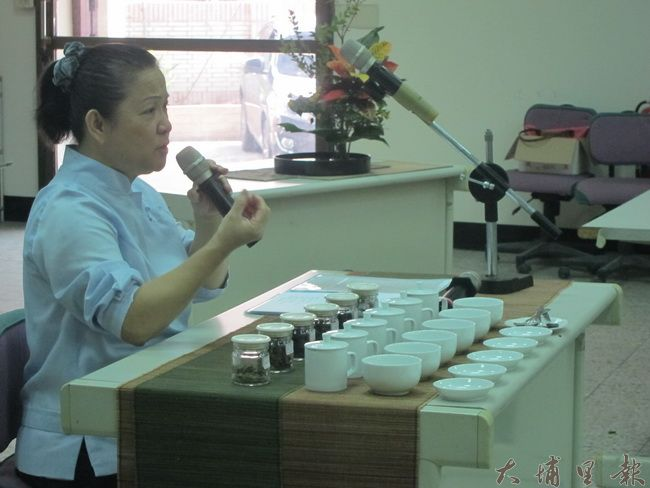林麗珍老師說,茶文化之於東方人的重要性。(金城嚴 攝)