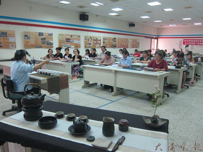 聽課的學員們各個聚精會神,學習茶道精神。(金城嚴 攝)