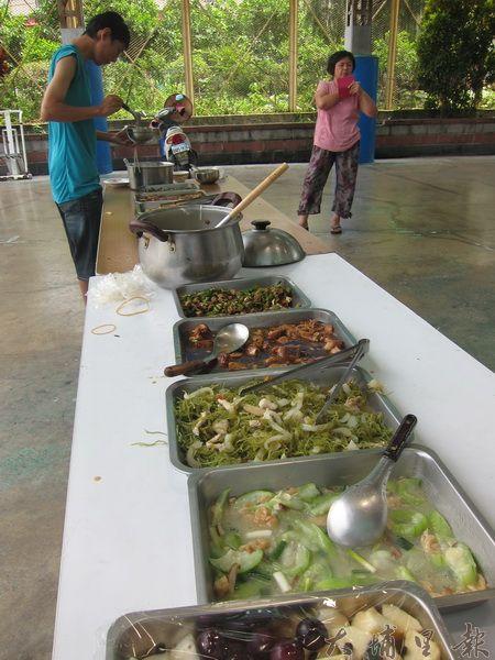 每週五擴大舉辦共食,一共四菜一湯,以及水果。(金城嚴 攝)