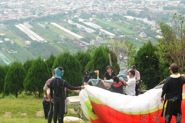 虎頭山飛行場發生死亡意外,盧姓男飛行傘玩家失速打轉墜落石階,顱骨破裂致死,警方協助將遺體抬上擔架。(柏原祥攝)