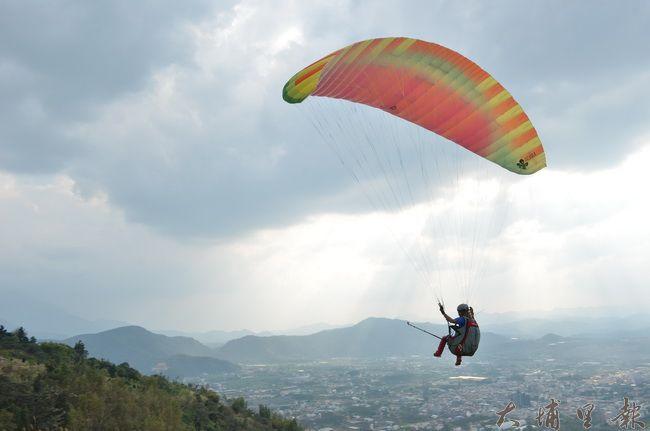 埔里鎮虎頭山因氣流穩定、視野遼闊,是埔里飛行傘玩家的聖地。(柏原祥攝)
