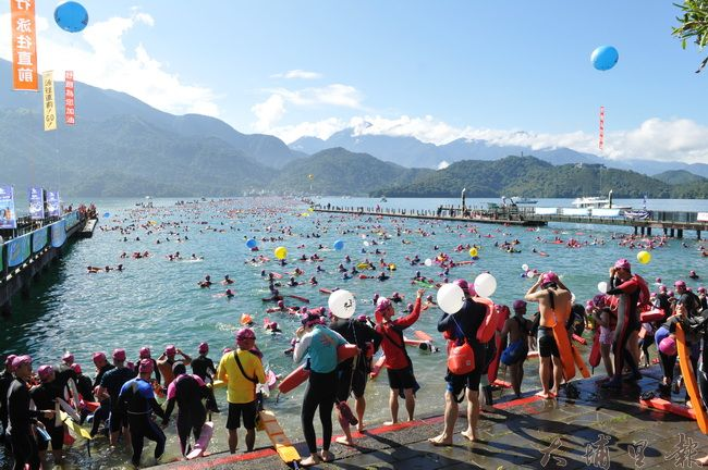 2016日月潭萬人泳渡登場,氣候狀況良好、藍天、綠水、泳士構築成壯觀的畫面。(柏原祥攝)