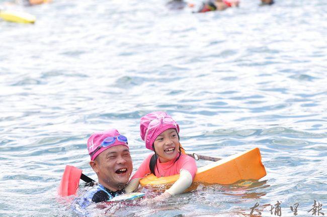 2016日月潭萬人泳渡登場,兩萬多名泳士中不乏親子檔。(柏原祥攝)