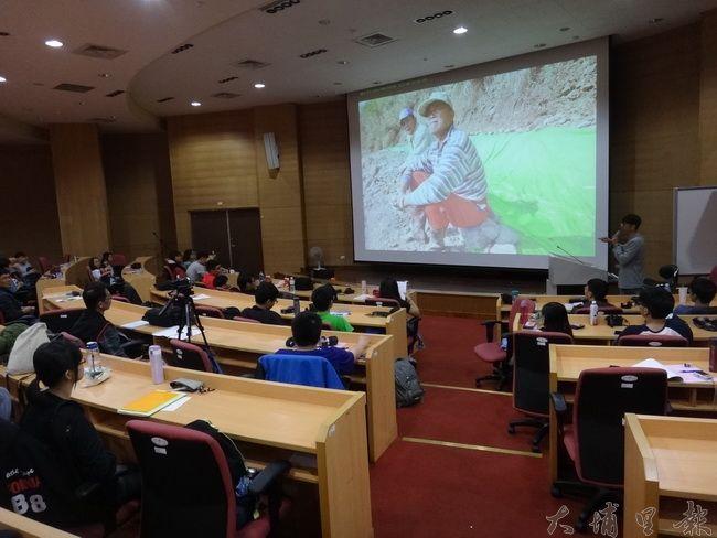 水沙連社大埔里分校開設「社區公民記者培訓」課程,講師之一柏原祥(立者)曾在暨大分享新聞採訪與攝影經驗。