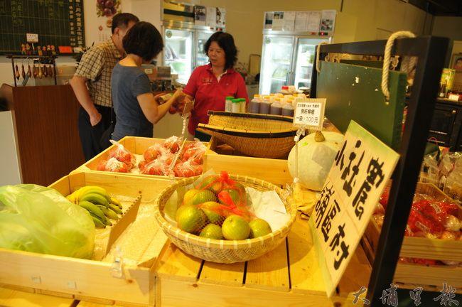埔里鎮農會農村社區小舖供應在地小農無毒蔬果,在地方已漸漸打響名號。(柏原祥 攝)