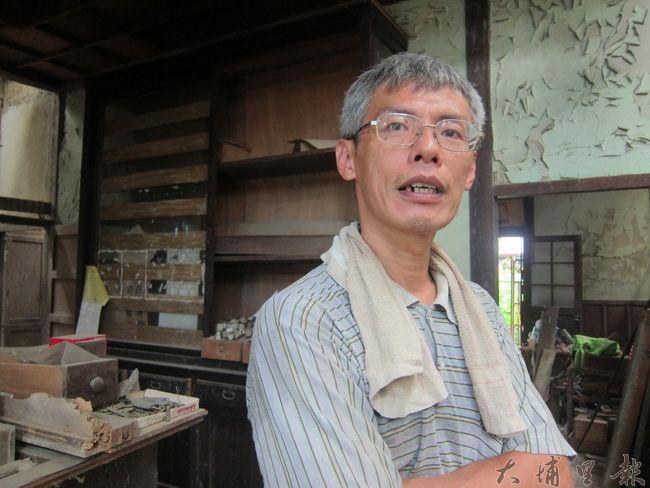 負責修復童木生診所其中的陳志昇師傅正解釋著老屋修復之困難。(金城嚴 攝)
