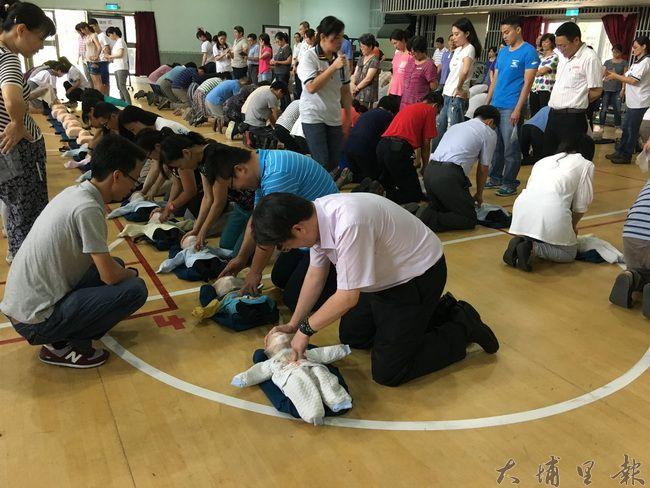 暨大附中邀請彰化基督教醫院教授CPR+AED,所有教職員全數通過訓練並取得證照。(暨大附中 提供)