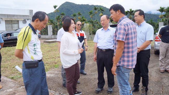 立委馬文君(左二)向農委會爭取大坪頂示範灌溉區的水利建設經費。(圖/民眾提供)