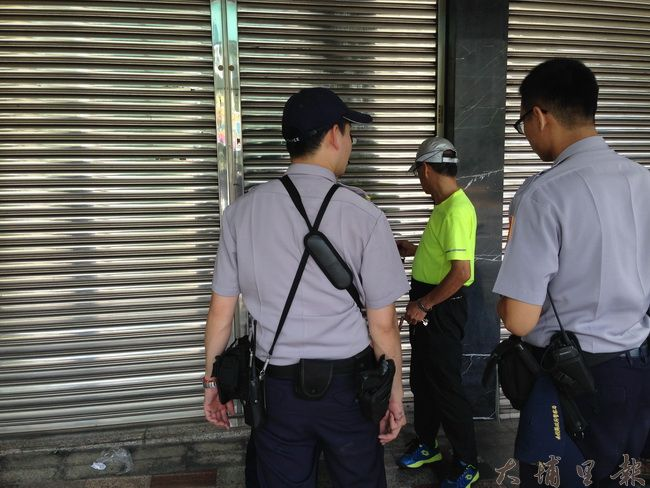 埔里鎮71歲老婦疑似為了撿拾米袋,踩破採光罩失足墜落重傷,警方協調進入後方民宅調查案情。(柏原祥 攝)