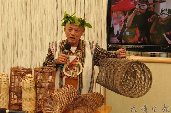 邵族長老袁光河是少數還能製作傳統竹編魚筌的工藝師,他為《尋‧里山》戲碼,帶領桃米社區居民製作傳統魚筌與蝦籠。(柏原祥 攝)
