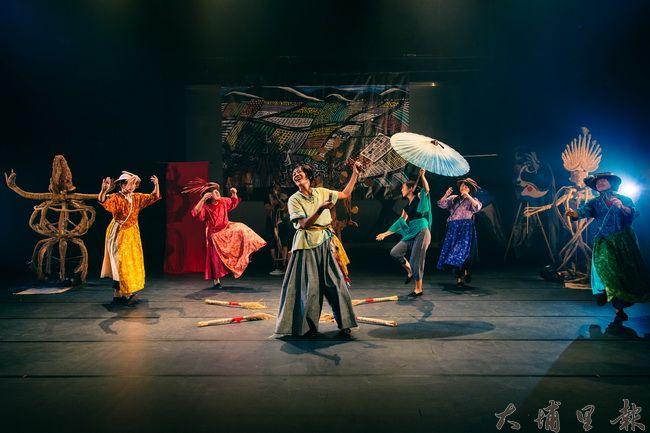 差事劇團和美濃社區協同合作,發展水鄉文化省思的《回到里山》劇作,並在「大地藝術祭」中開幕演出。(差事劇團提供)