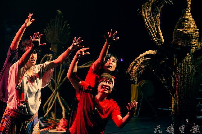 差事劇團和美濃社區協同合作,結合地景藝術及身體表演,發展水鄉文化省思的《回到里山》劇作。(差事劇團提供)