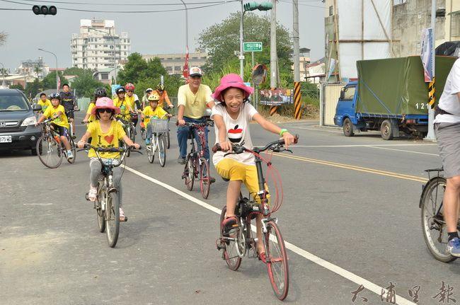 親子透過自行車等低碳載具,以緩慢的速度認識埔里鎮。(柏原祥 攝)
