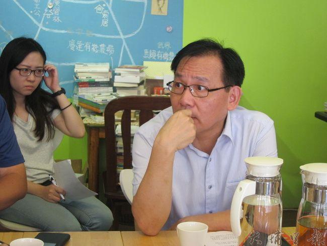 環保局局長方信雄與空污自救會成員討論熱烈。(金城嚴 攝)