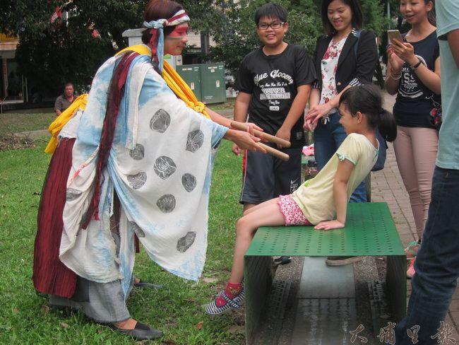 差事劇團藝術總監吳文翠,同時也是演員之一,開演前與埔里小朋友互動。(金城嚴 攝)