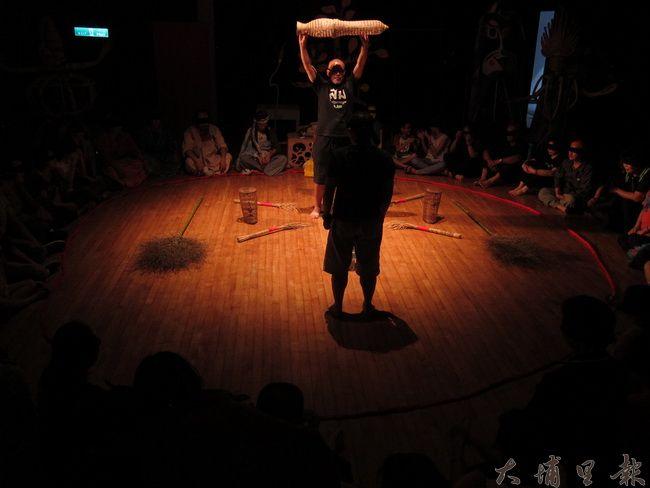 泰國藝術家Thanom和Kamol運用環境音效讓觀者身歷其境。(金城嚴 攝)
