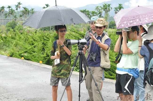 房里社區推廣友善土地觀念,舉辦賞鳥活動,請南投縣野鳥協會志工來為民眾解說。(柏原祥 攝)