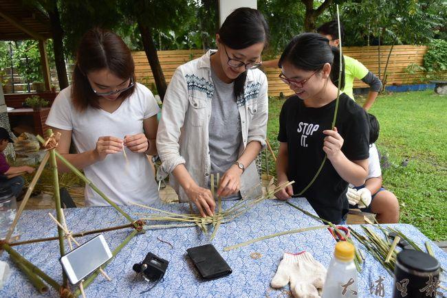 籃城好生活成員-怡君,示範著竹編技巧給求救中的同學。(金城嚴 攝)