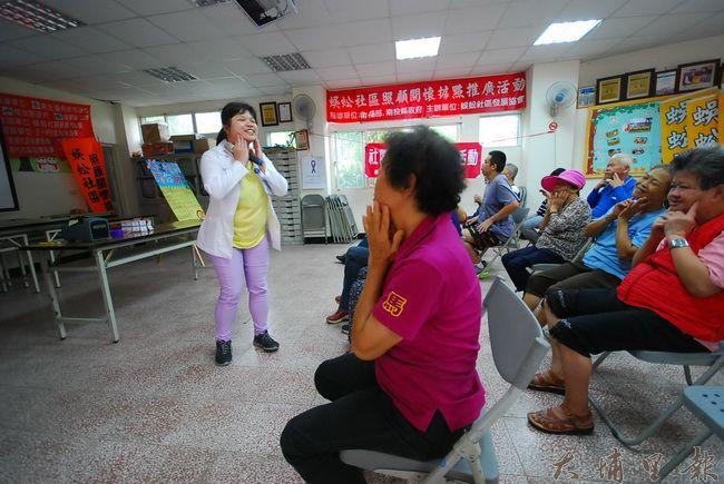 護理師許智淳教導長輩們按摩臉部,有如標準裝可愛姿勢「啾咪」。(金城嚴 攝)
