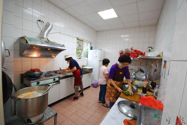 蜈蚣社區廚房的義工媽媽們,忙進忙出的準備一周一的用餐,香味四溢。(金城嚴 攝)
