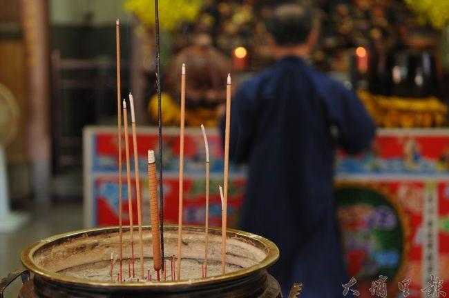 線香焚燒的煙含有多種危害人體健康的有毒物質,已有多間寺廟宣導減量。(柏原祥 攝)