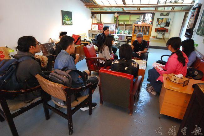 小滿居染織工坊創辦人黃世豐大哥,與同學分享小滿居的理念。(金城嚴 攝)