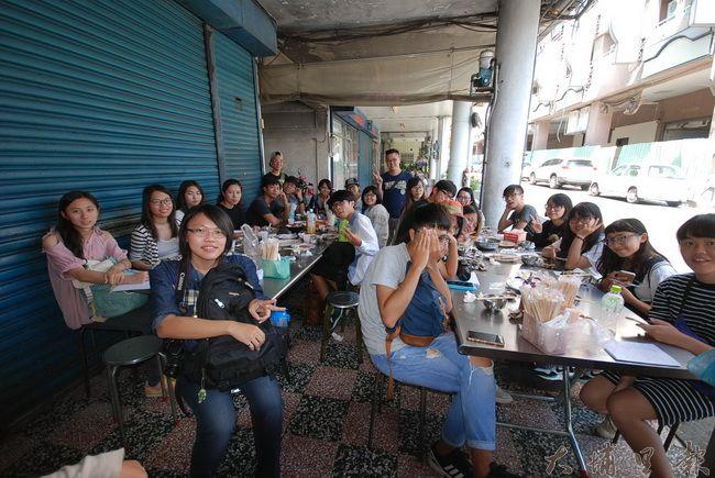 雲林科技大學數位媒體設計系的學生們在埔里知名熱炒店「雨傘店」用餐。(金城嚴 攝)