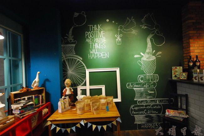 一進老故事咖啡向左看,一道乾淨的故事牆等著客人填滿新的故事。(金城嚴 攝)