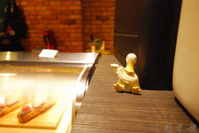 老故事咖啡的吧檯,經營者Ricky & Juno因一起養鵝而認識。(金城嚴 攝)