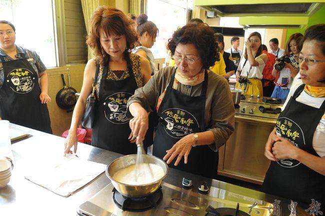 埔里金都餐廳開辦體驗廚房,拉近產地與廚房、餐桌的距離。(柏原祥 攝)