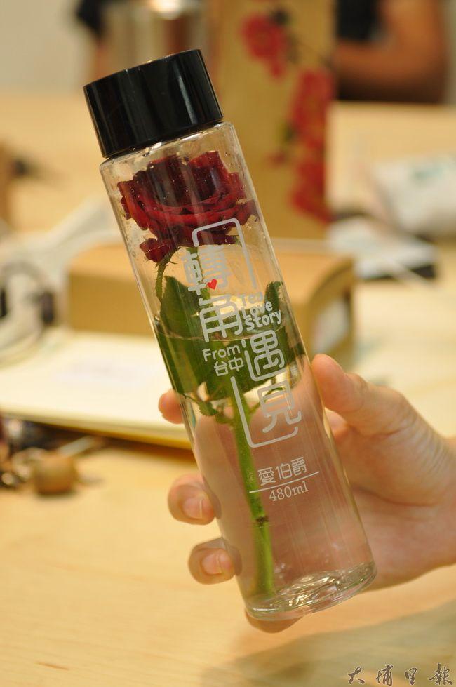 黃姓消費者在販賣機買了一瓶玫瑰花飲料,但因瓶身完全無內容成分標示,他表示不太敢喝,飲料成了裝飾品。(柏原祥 攝)