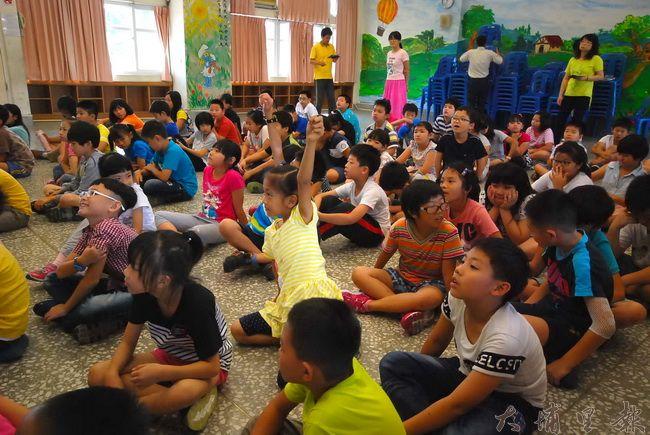 空汙防治宣導在大成國小舉行,小朋友踴躍舉手發問。(金城嚴 攝)