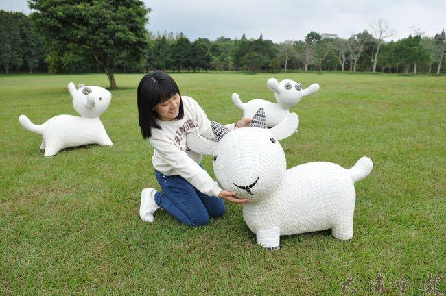 暨南大學添購白羊馬賽克雕塑,三隻小羊造型各異。(柏原祥 攝)