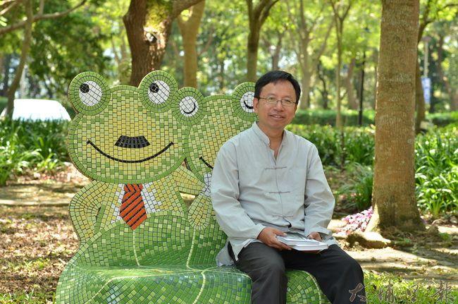 暨南大學3年前陸續引進馬賽克拼貼座椅,文史工作者潘樵背後的主題為青蛙。(柏原祥 攝)