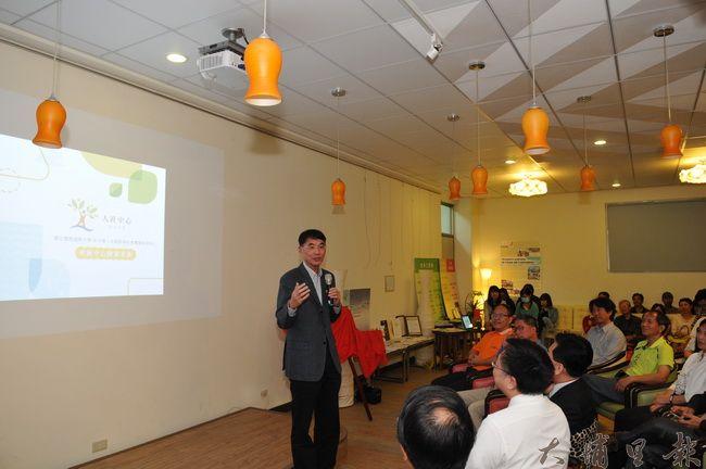 科技部人文創新與社會實踐專案主持人陳東升教授,說明暨南大學獲選設置人社中心的源由。(柏原祥 攝)