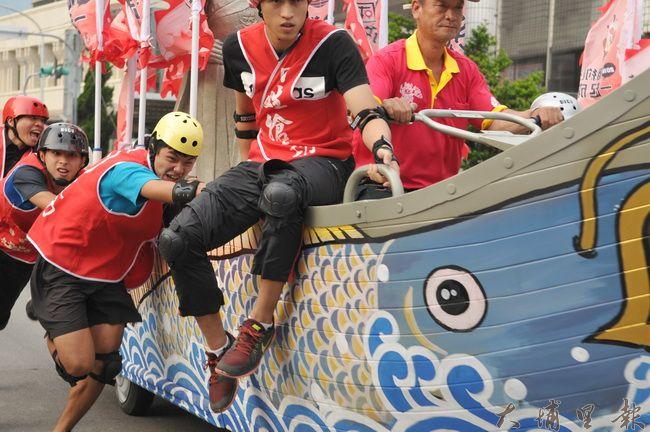 台灣體大「龍成戰隊」隊員奮力推成功戰船,要為教練奪冠軍。(柏原祥 攝)