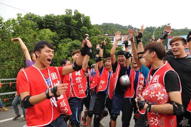 台灣體大「龍成戰隊」去年參賽失利,今年再度稱霸國姓搶成功戰船競速比賽,隊員能為教練「搶成功」,相當的興奮。(柏原祥 攝)