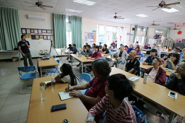 山里好巷書店與台灣護樹聯盟邀請樹木專家林暐翔至泰安里活動中心開課。(野自 攝)