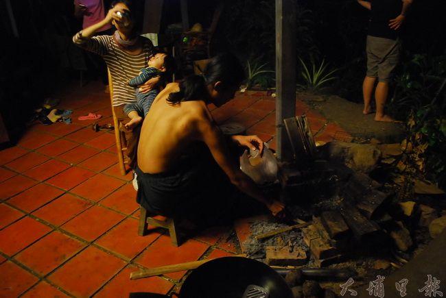 磚塊搭起的火爐,用竹材、樹皮引火,善用大自然給予得材料。(金城嚴 攝)