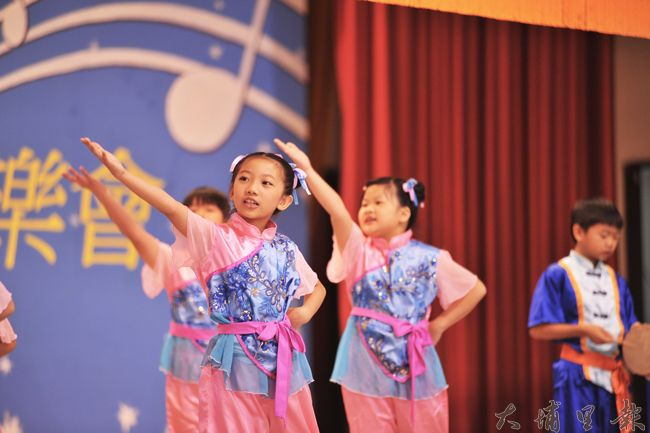 弟子規經典朗誦比賽在埔里國小舉行,參賽隊伍在服裝及肢體語言上頗下功夫。(柏原祥 攝)