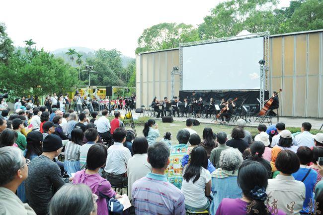 聽,溪流在唱歌-環境交響詩篇在紙教堂演出,演出廣場幾近爆滿。(柏原祥 攝