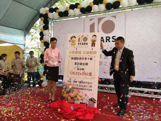 Feeling18巧克力工房由董事長茆晉詳公布十年來的公益捐款上看1億元。(唐茹蘋攝)
