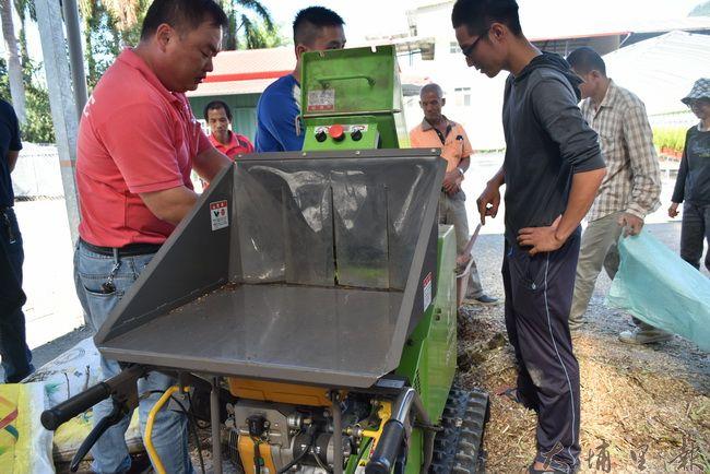 許多埔里的農民都前來了解粉碎機的效果。(金城嚴 攝)