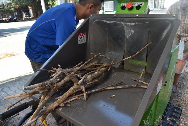 粉碎機可以絞碎直徑12公分以內的枝幹。(金城嚴 攝)