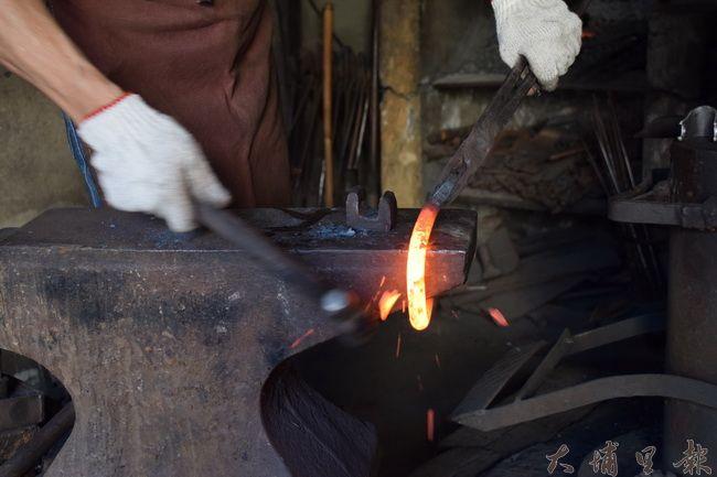 埔里打鐵街維繫傳統工藝,手工鍛造的農具,比起工廠生產的還要更耐用。(洪阿仙 攝)