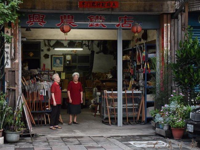 埔里打鐵街「興農鐵店」頭家吳碧村(右者)(洪阿仙 攝)
