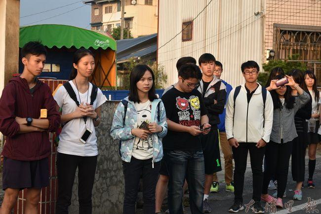 同學們認真跟著領路人訴說籃城故事。(金城嚴 攝)