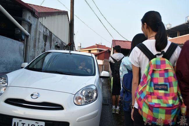 鄉間小路,只有一台車寬,同學們紛紛貼壁禮讓。(金城嚴 攝)