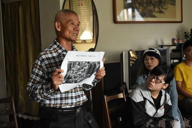 籃城領路達人賴克祥大哥,拿著籃城的空照圖,幫助同學了解籃城複雜街道。(金城嚴 攝)